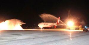 Eerste vlucht Air Berlin wordt verwelkomd met water saluut