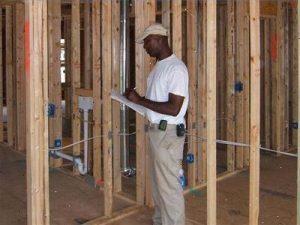 Controle door bouwinspecteur Curaçao op lokatie