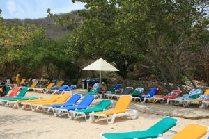 Kleurrijke strandbedjes op Porto Marie